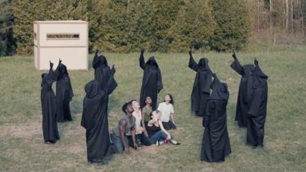 6人被神秘黑衣人抓住,关在木箱中,逃出后却在天上看到绝望一幕