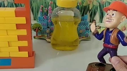 光头强藏起蜂蜜,熊二玩拆墙玩具,发现了光头强的秘密