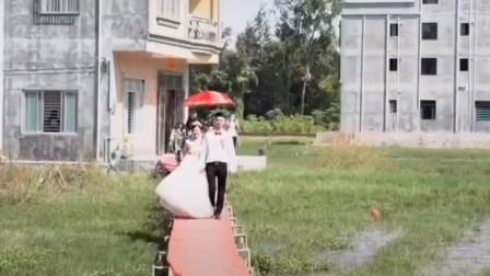 """感动!准新娘出嫁前家门口道路被淹 家人搭建50米""""鹊桥""""送嫁"""