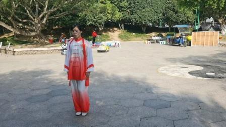 蔡秋密于2020年10月24日在龙港公园示范42式太极拳