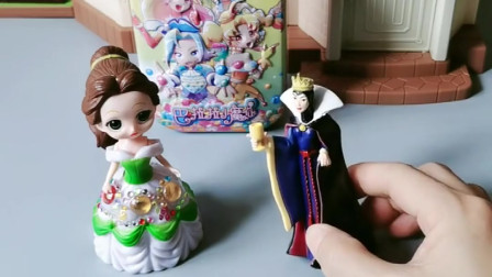 王后又在找白雪干活,贝儿把白雪藏在行李箱,王后只能悻悻离开!