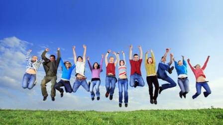 人们同时跳起来,地球会移动吗?美国教授算出结果,和你想象的不一样