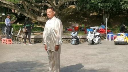 杨乃景于20②0年10月24日在龙港市龍翔公园演练42式太极拳。