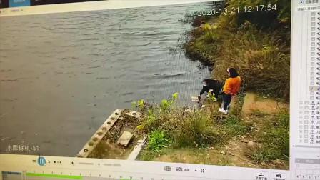 不寒而栗!女子系鞋带时遭同伴推下水库双双溺水