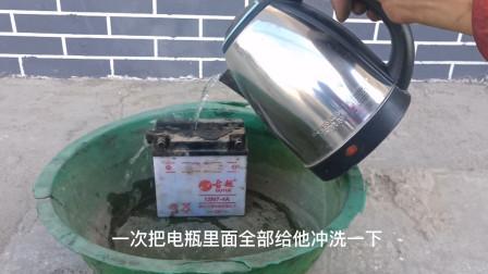 用一壶热水就能修好不蓄电的摩托车电池?别不信,试过后真的能修复如新