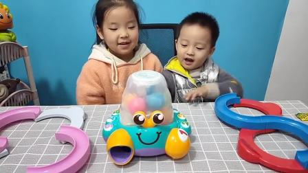 乐乐和当当玩新玩具螃蟹益智数字认知!