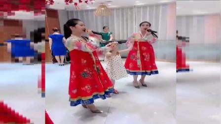 能歌善舞朝鲜的小姐姐,在哪里都是亮点,吃饭喝酒的时候也能看