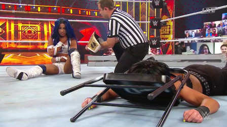 WWE莎夏地狱牢笼内恶战贝莉,不负众望解锁女子大满贯!