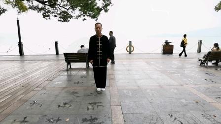 杨式40式太极拳于2020年10月在杭州西子湖畔晨练