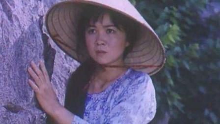 """越军女特""""黑玫瑰"""",藏身于石缝偷袭,反被我军见习参谋枪毙"""