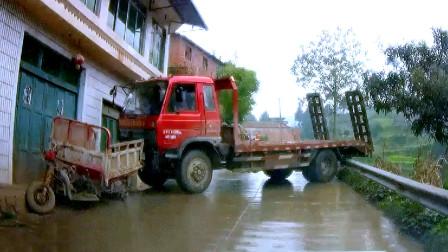 交通事故合集:下雨天道路湿滑,大货车急刹结果漂移失控