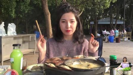 维吾尔古丽和粉丝线下见面,海边烧烤大口吃肉,暴露吃货本性啦
