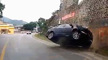 交通事故合集:雨天路滑超速过弯,轮胎不给力瞬间失控