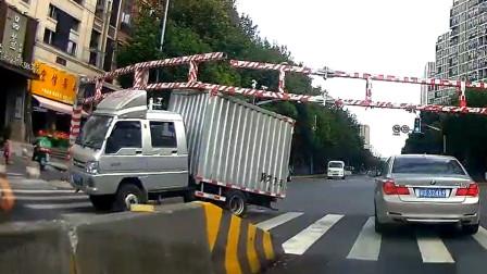 交通事故合集:高速错过路口连续变道,教训来得有点快