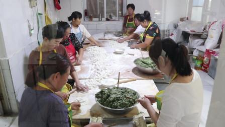 河北大妈做水饺,天天顾客爆满,10人包不够卖!经营模式头回见