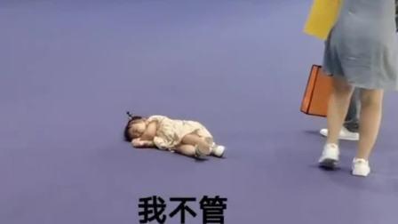 陪女人逛街果然是个累人活,无意间看到,宝宝都要扛不住了