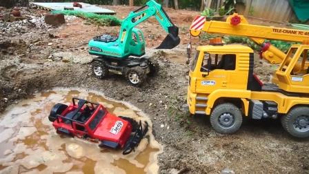 越野车掉进泥潭里,工程车队来救援