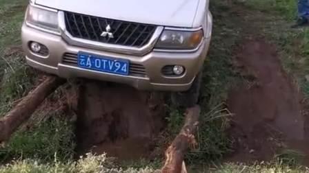 刚拿驾照的新手,非要这样开车,老司机都替他捏把汗!