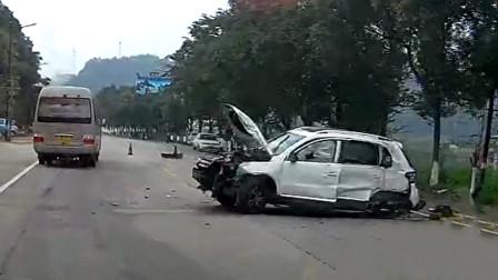 交通事故合集:不看路况随意加塞大货车,下一秒措手不及