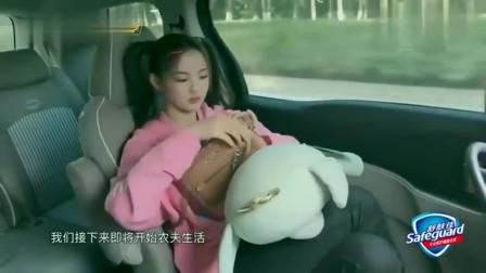 杨超越下乡体验生活, 拖着箱子逛大街, 毫无偶像包袱!