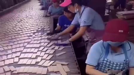 厂里新来的员工,明显没干过流水线,显得手忙脚乱