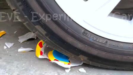 减压实验:牛人把玩具、西瓜、茄子放在车轮下,好减压,勿模仿