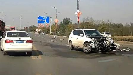 交通事故合集:高速路上大货车随意变道,小车避让不及很受伤