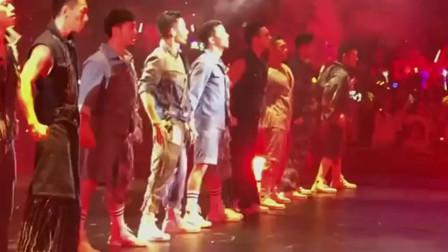 刘德华演唱会的劲爆时刻,没想到最后全场起立,跟随华仔的节奏嗨起来!