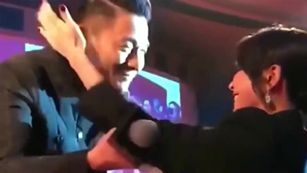 刘德华在开演唱会时,刘嘉玲特地跑来为他献花,而他谦逊跪地接花!