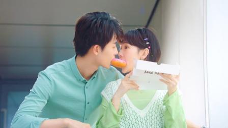 """""""雨天""""夫妇示范甜甜圈这么吃才对"""