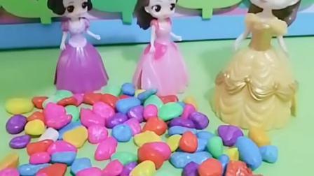 白雪公主玩具:小朋友觉得贝尔阿姨做的对吗?小白雪更需要人关心