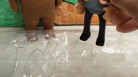 光头强说熊大是调皮鬼,让他快去收拾玩具,把奥特曼都整在了一起