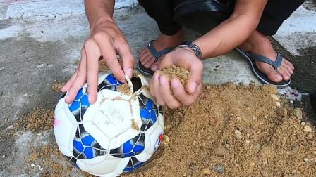 老外往足球里塞满沙子恶作剧朋友,朋友什么反应?网友:脚趾头还行吗