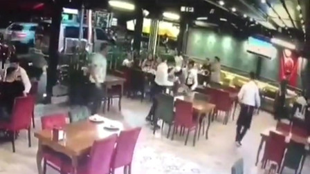 饭店突然闯进一头几百斤的猪,这个员工立马抓住了,老板给他要升职加薪呀