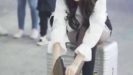 这样的姑娘坐在路边,能引起你的注意吗?