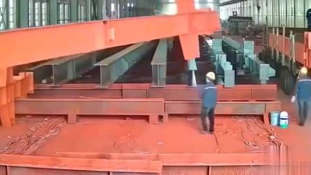 监控实拍:广东工厂一男子真是命大啊,死神来了,都没能收走!