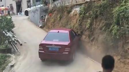 连女司机都自愧不如的车技让我们来见识一下,他的神操作!