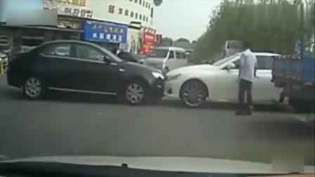 两个路怒女司机直接在马路上互撞,就看谁的车子马力大了!