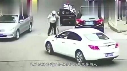 两名交警深夜查车, 酒驾男一脚油门全部撞死, 监控拍下死亡瞬间