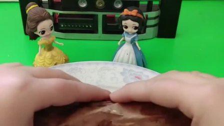 小贝儿拿着烤地瓜跟小白雪一起吃,可是贝儿不让小白雪吃,贝儿真坏!