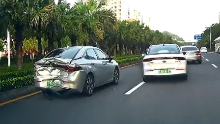 交通事故合集:开车走神不观察路况,压线追尾让人猝不及防