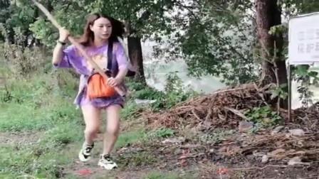 美女发现老公偷摸钓鱼,气急眼了这举动,真是太吓人了!