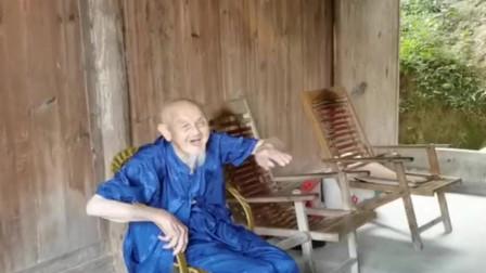 美女刚想坐下休息,不料竟被爷爷这样恶搞,真是太惨了!