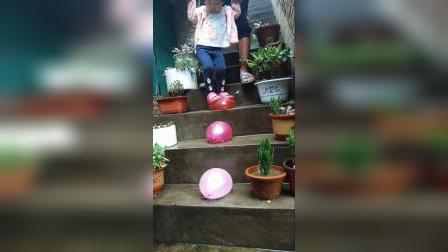 趣味童年:踩水球好好玩呀