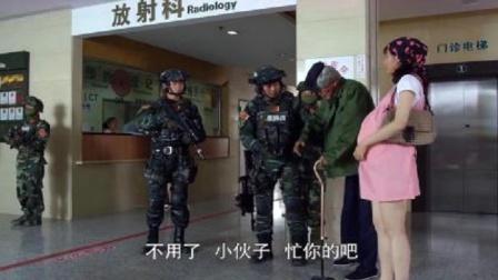 特种部队包围医院,竟抓不住两个小兵,两人巧妙从医院逃走