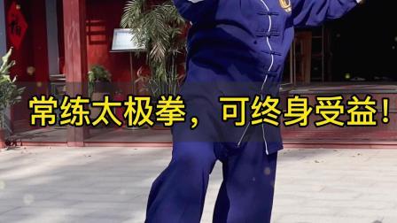 正雷太极书院学员,在小院练习陈氏太极拳,动作招式熟练,悠然自在!