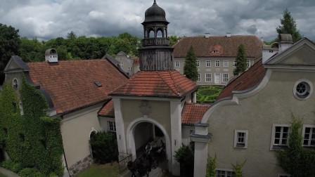 在波兰的Galiny宫进行一场浪漫的骑马之旅