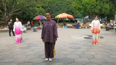 杨老师与汤金叶。冯细娇学生在2020年11月8日在龍港公园晨练42式太极剑。