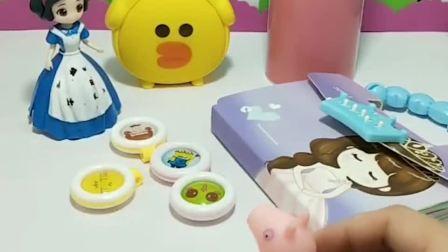 小猪乔治看到白雪公主买了很多东西,白雪说是要送给小朋友们的礼物,白雪真好!