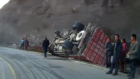 交通事故合集:小车弯道盲目超车,大货车急刹为时已晚